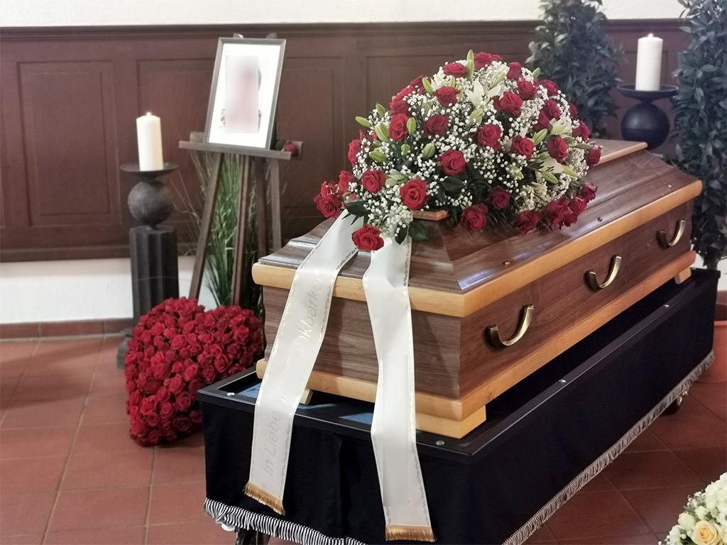 Blumendeko auf Sarg bei Trauerfeier von End und Blank Bestattungen
