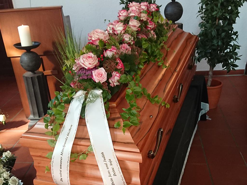 Rosengesteck auf Sarg von End und Blank Bestattungen