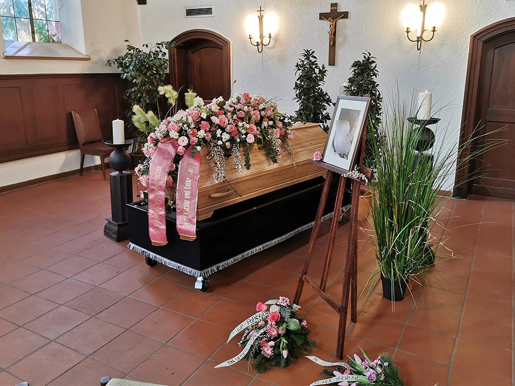 Dekoration Trauerfeier mit End und Blank Bestattungen