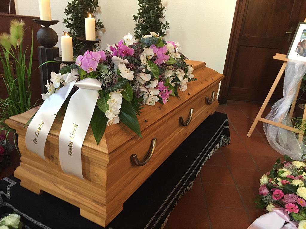 Sargdekoration_Trauerfeier_End-und-Blank_Bestattungen