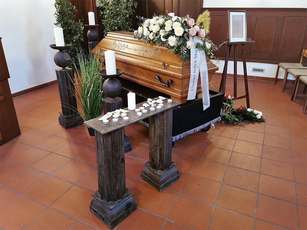 Trauerfeier_Sarg-rosa-weisse-Rosen_End-und-Blank_Bestattungen