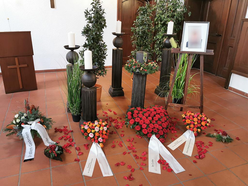 Urne Trauerfeier roter Rosenkranz in Herzform