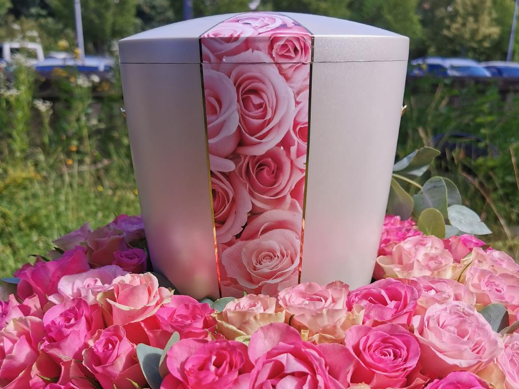 Urnendekoration aus Rosen bei End und Blank Bestattungen
